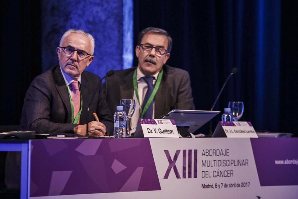 El Dr. Vicente Guillem junto al Dr. González Larriba en el XIII Simposium de Abordaje Multidisciplinar del Cáncer