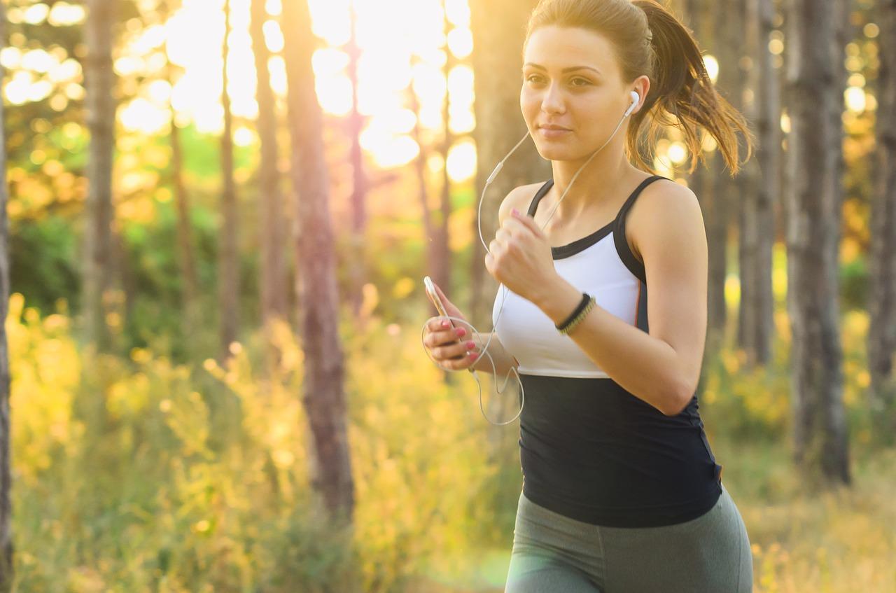 La Actividad física moderada disminuye el riesgo del cáncer, y si es con música, mejor.